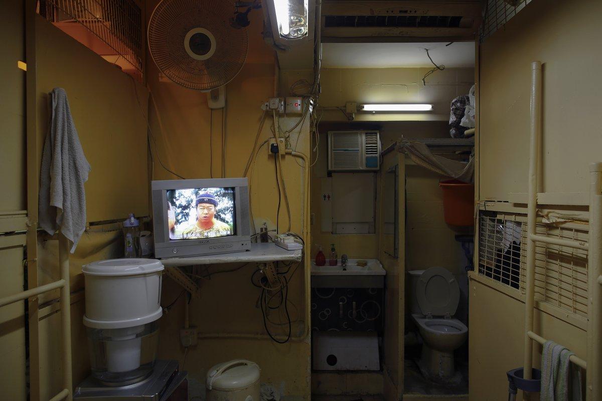 Стоимость аренды такой комнатушки — 150 долларов в месяц. Комнаты отгорожены друг от друга тонкими д