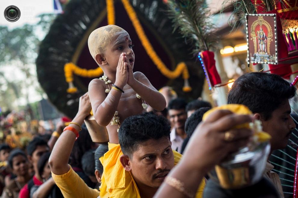 Ребёнок наблюдает за процессией с плеч своего отца. (Chris McGrath/Getty Images)