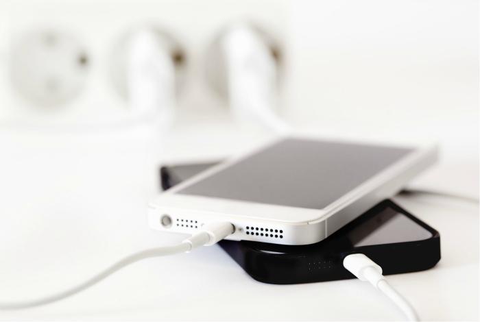 Не заряжайте телефон слишком долго. Специалисты утверждают, что для аккумуляторов современных смартф