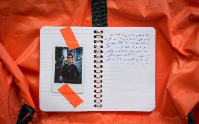 Беженцы записывали свои истории в маленьких блокнотах. Пока шла работа над фотопроектом, по словам ф