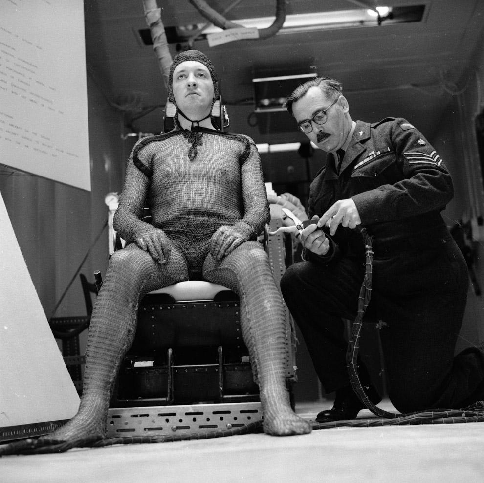 18. Странная вращающаяся вокруг пациента, 2 млн. вольтовая машина для лечения рака, 1955 год: