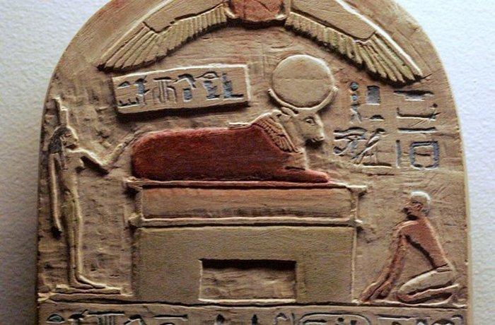 Как часть древнейшего культа животных у египтян почитался бык. Они считались божеством, сошедшим на