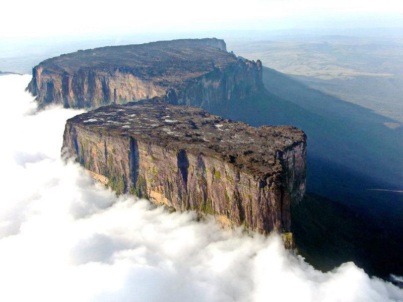 В юго-восточной части Венесуэлы находится одно из самых удивительнейших мест на нашей планете. В окр