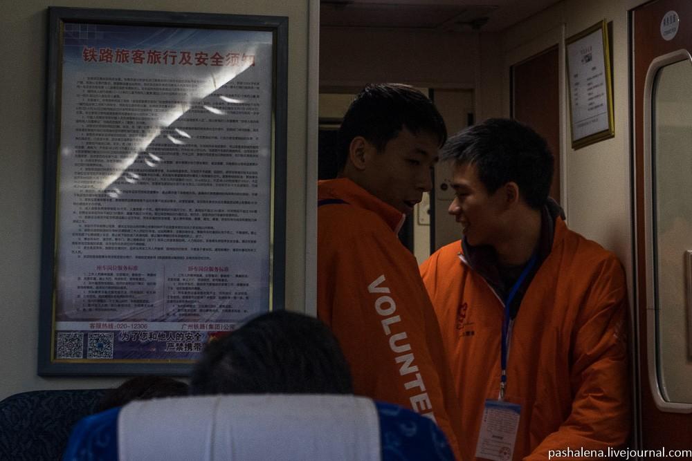 На фото в оранжевой спецовке — проводник. В российском поезде проводники наделены некоторой властью