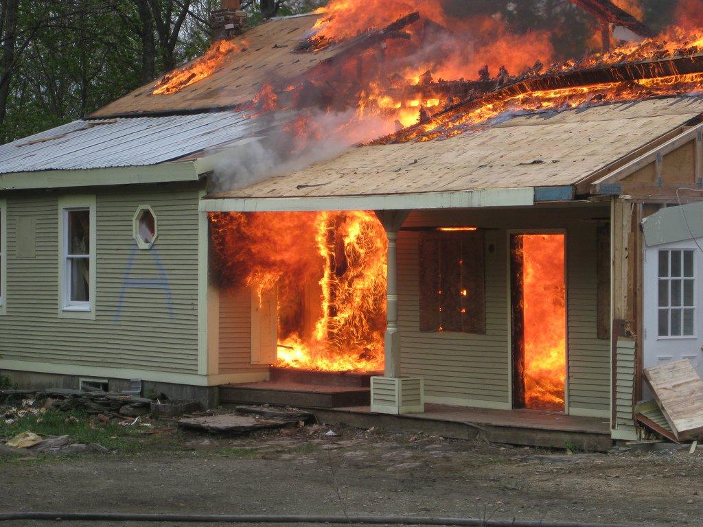 Большинство смертей в бытовых пожарах происходит из-за отравления дымом, а не из-за ожогов. Пользова
