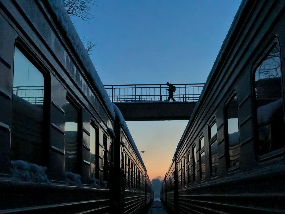 Россиянин Дмитрий Марков сфотографировал железнодорожный переезд в Пскове. В Москве разместят шесть
