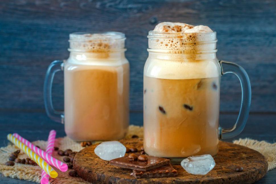Домашний холодный капучино Вам понадобятся: 1 стакан молока 1 ст. л. шоколадного сиропа 1 ч. л. раст