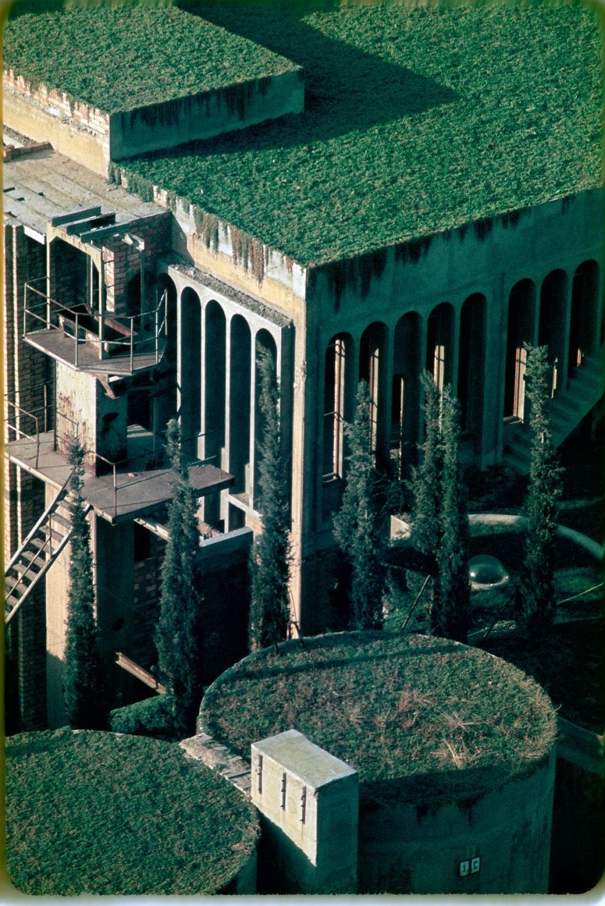 © ricardobofill.com   Такое обилие зелени придает зданию немного волшебный изагадочный вид