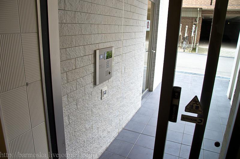 Рядом с запасным выходом расположены почтовые ящики и даже есть автомат по продаже напитков.