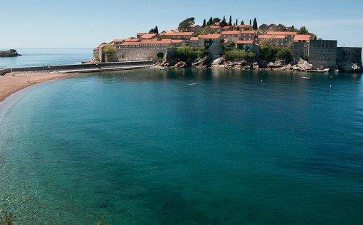 Ни одно путешествие по странным местам Черногории не было бы полным без ночёвки на острове-отеле! Да