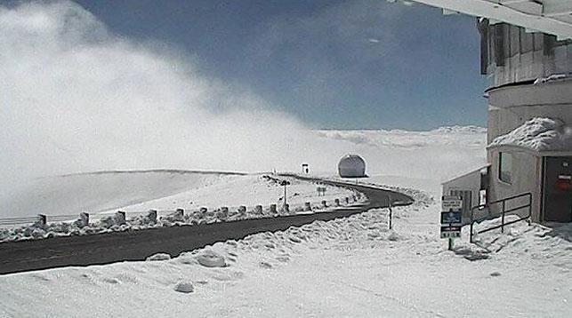 Гавайи засыпало снегом, толщина покрова доходит 90см