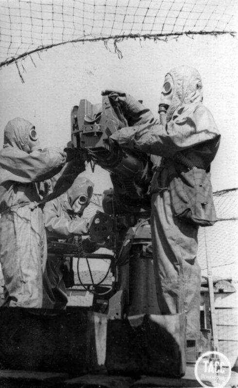 Дегазация орудия во время учебной химической тревоги на зенитной батарее. Май 1942 г.