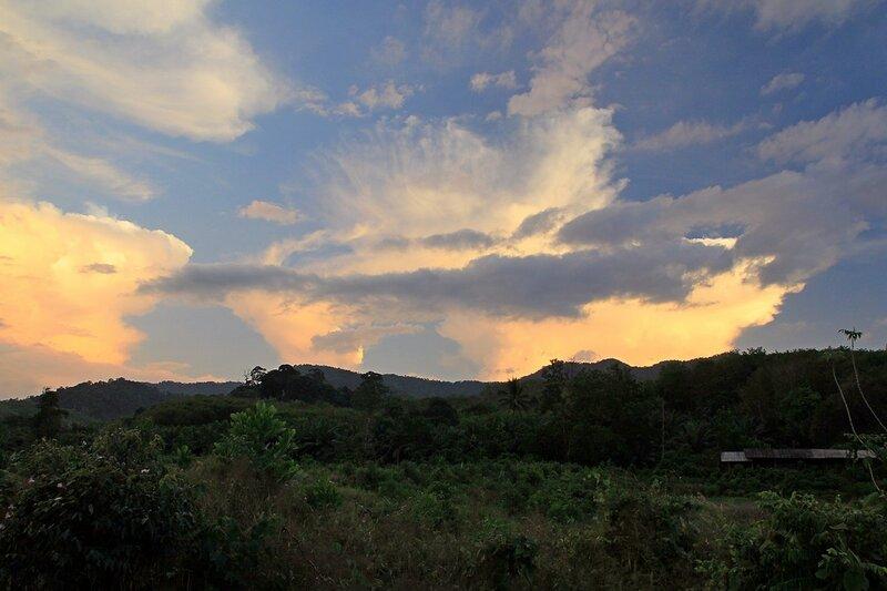 Облака над холмами в Таиланде