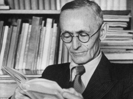 Undatierte Aufnahme des deutschen Schriftstellers Hermann Hesse bei der Lektüre in seinem Arbeitzimmer in Montagnola. Hesse wurde am 2. Juli 1877 in Calw/Württemberg geboren und verstarb am 9. August 1962 in Montagnola/Schweiz. 1946 wurde er mit dem Nobel