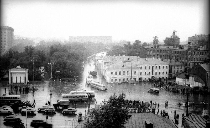 561089 Самотечная площадь в ливень 1957 июль Николаев Василий Сергеевич.jpg