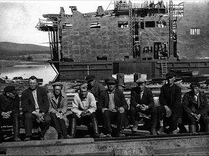 Миасс. Встреча журналиста и писателя Владислава Ромуальдовича Гравишкиса с рабочими на одном из золотых приисков. 1937