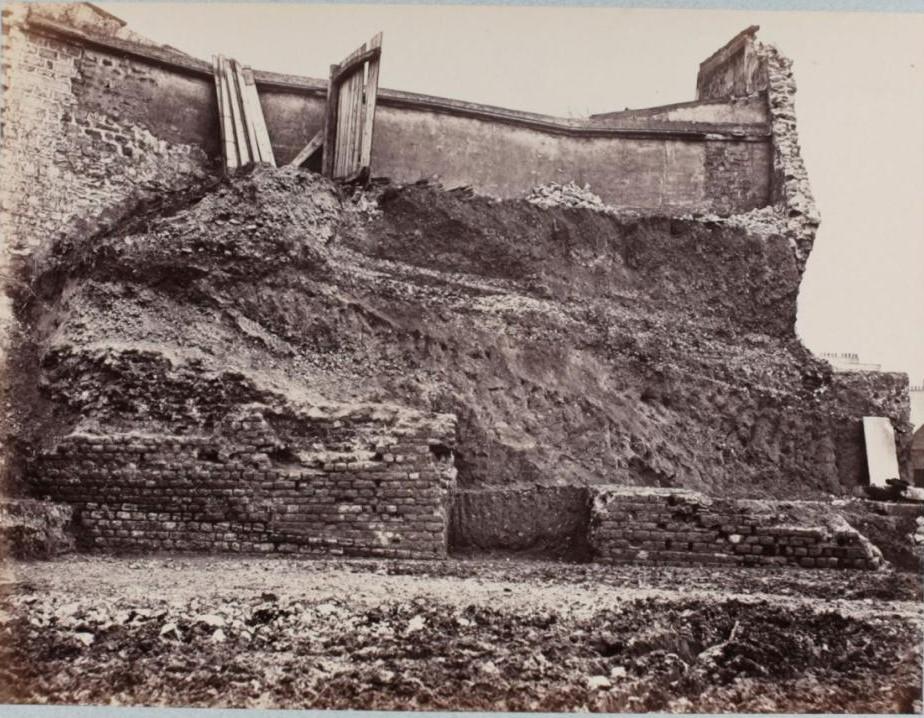 Фрагменты восточной стены северного входа