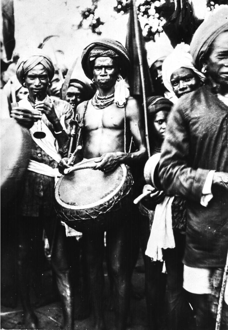 665. Орисса. Двое мужчин с барабаном и индийским гобоем