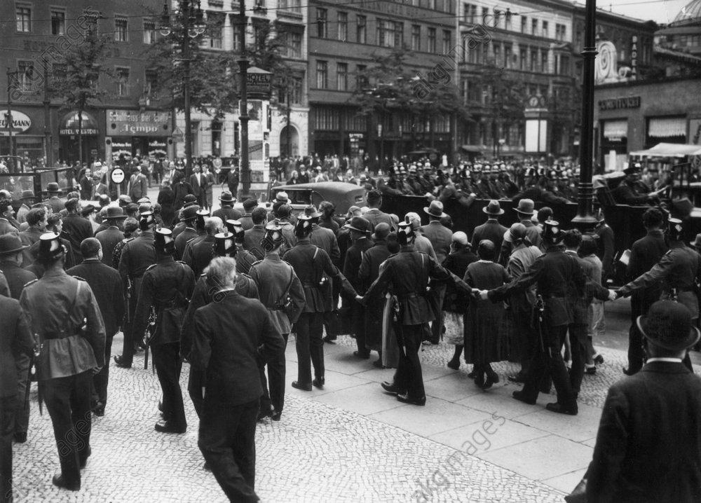 Erцffnung des PreuЯ. Landtages, Mai 1932 - Opening of Prussian parliament / 1932 - Ouverture du Landtag de Prusse, Mai 1932