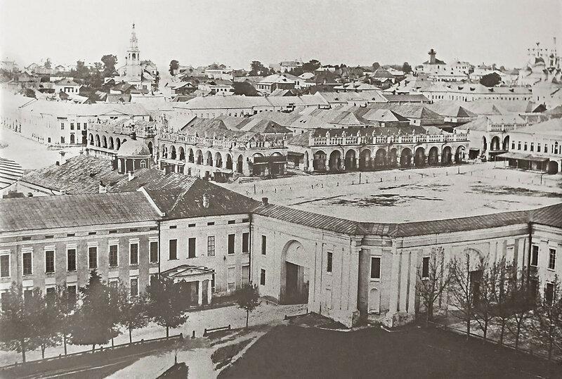 1870 Калуга, вид с колокольни Троицкого собора на ансамбль Присутственных мест, Плац-парадную площадь и Гостиные ряды. Давингоф.jpg