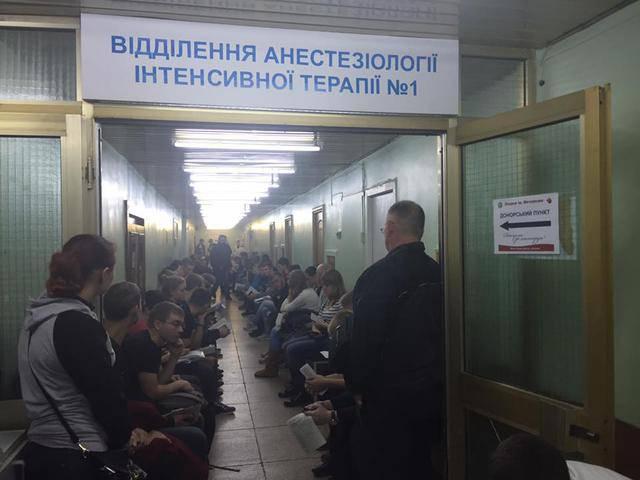 Жители Днепра в очередной раз массово пришли сдать кровь для раненных украинских бойцов. ФОТОрепортаж