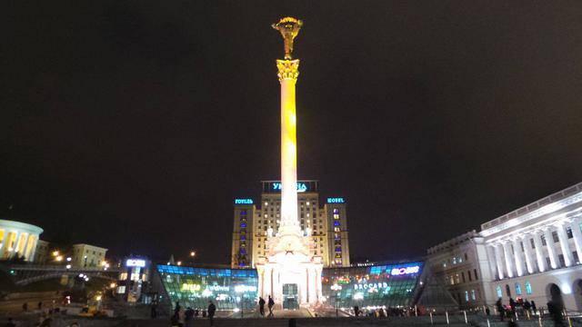 Статуя Монумента Независимости стала оранжевой, - на Майдане отметили Международный день борьбы с насилием по отношению к женщинам. ФОТОрепортаж