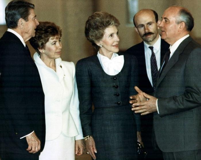 Михаил и Раиса Горбачевы принимают в Москве супружескую чету Рейганов, 1988 А ещё многих разд