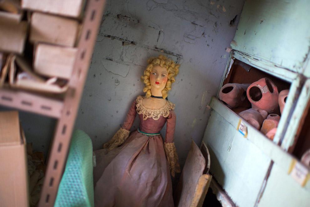 15. Совсем негодные части кукол выкидываются. (Фото Jason Reed   Reuters):