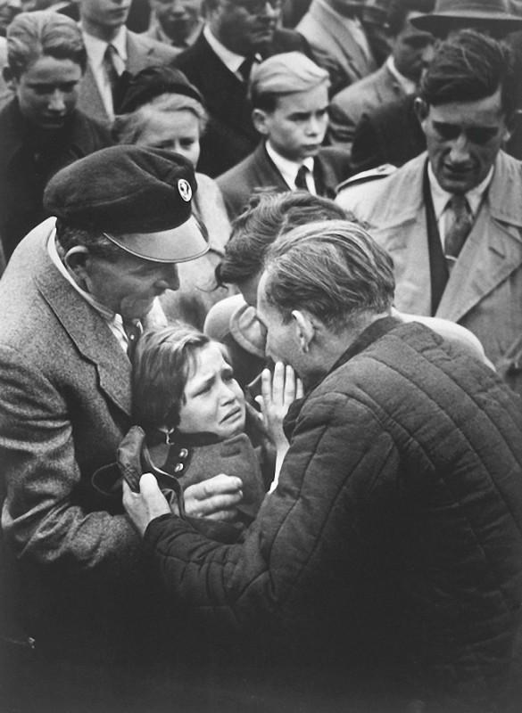37. Заключенный Второй мировой войны, освобожденный Советским Союзом, встретился с дочерью. Девочка