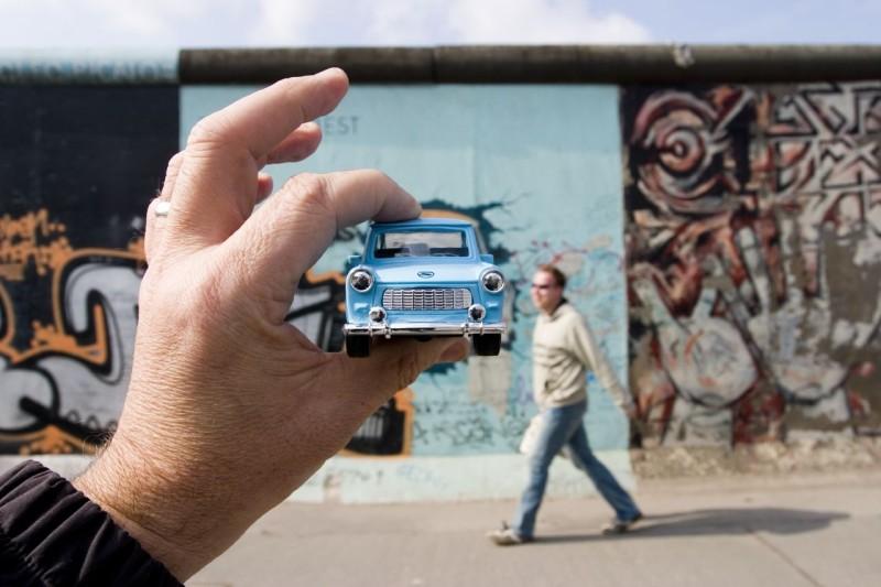 36. Автосимвол ГДР - Трабант на фоне уцелевшего фрагмента Берлинской стены.