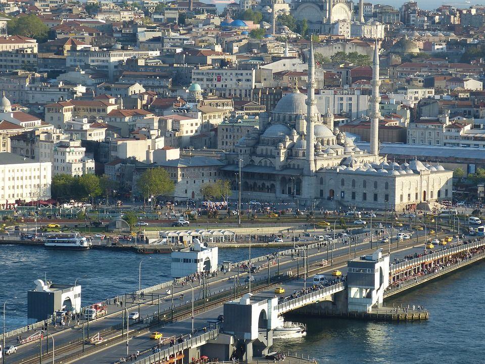 Санкт-Петербург Санкт-Петербург — центр романтики в России. Этот город скрывает в себе многочи