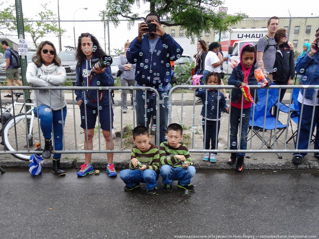 43. Зрители. Я был в зоне, где парад только формировался. Дальше вдоль дороги стояли толпы и нормаль