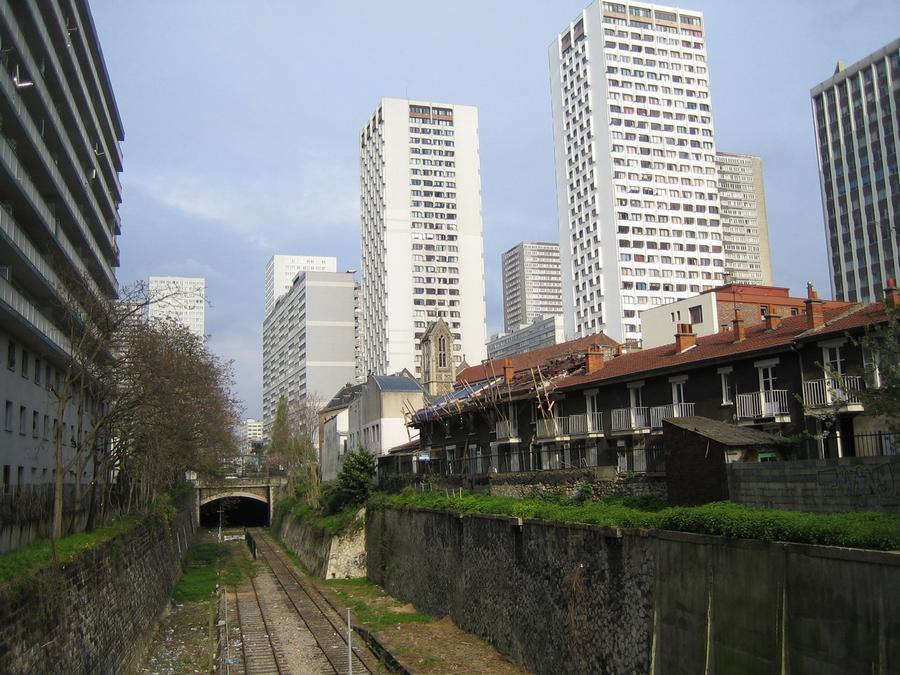 7. Как мы уже говорили 30-километровая кольцевая железнодорожная линия La Petite Ceinture была постр