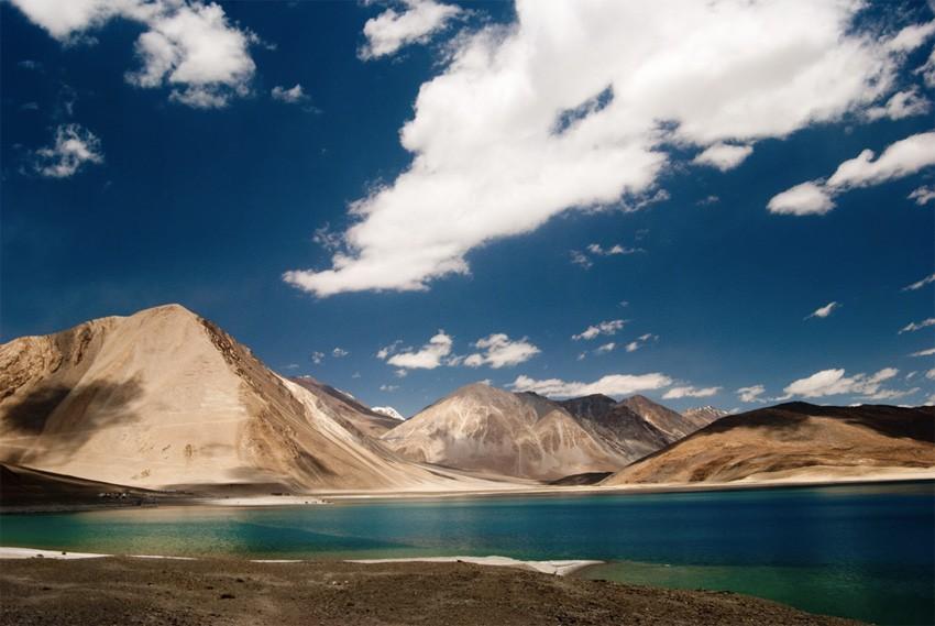 1. Бангонг-Цо, Индия/КНР Бессточное озеро в Гималаях, расположившееся на высоте 4350 метров над уров