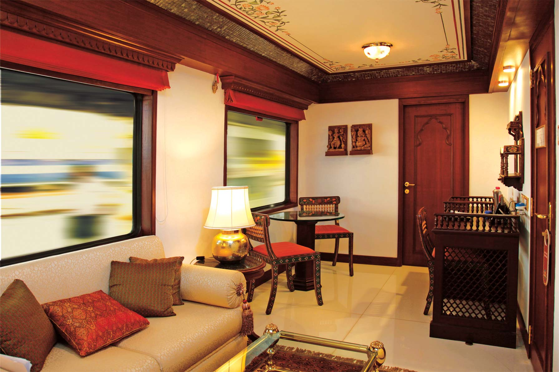 Самый роскошный и дорогой поезд в Азии. Является копией королевского дворца Индии.  Поезд «Импера