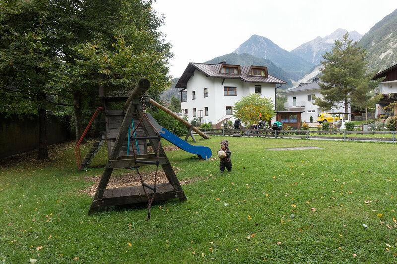 ребенок на детской площадке в Австрии