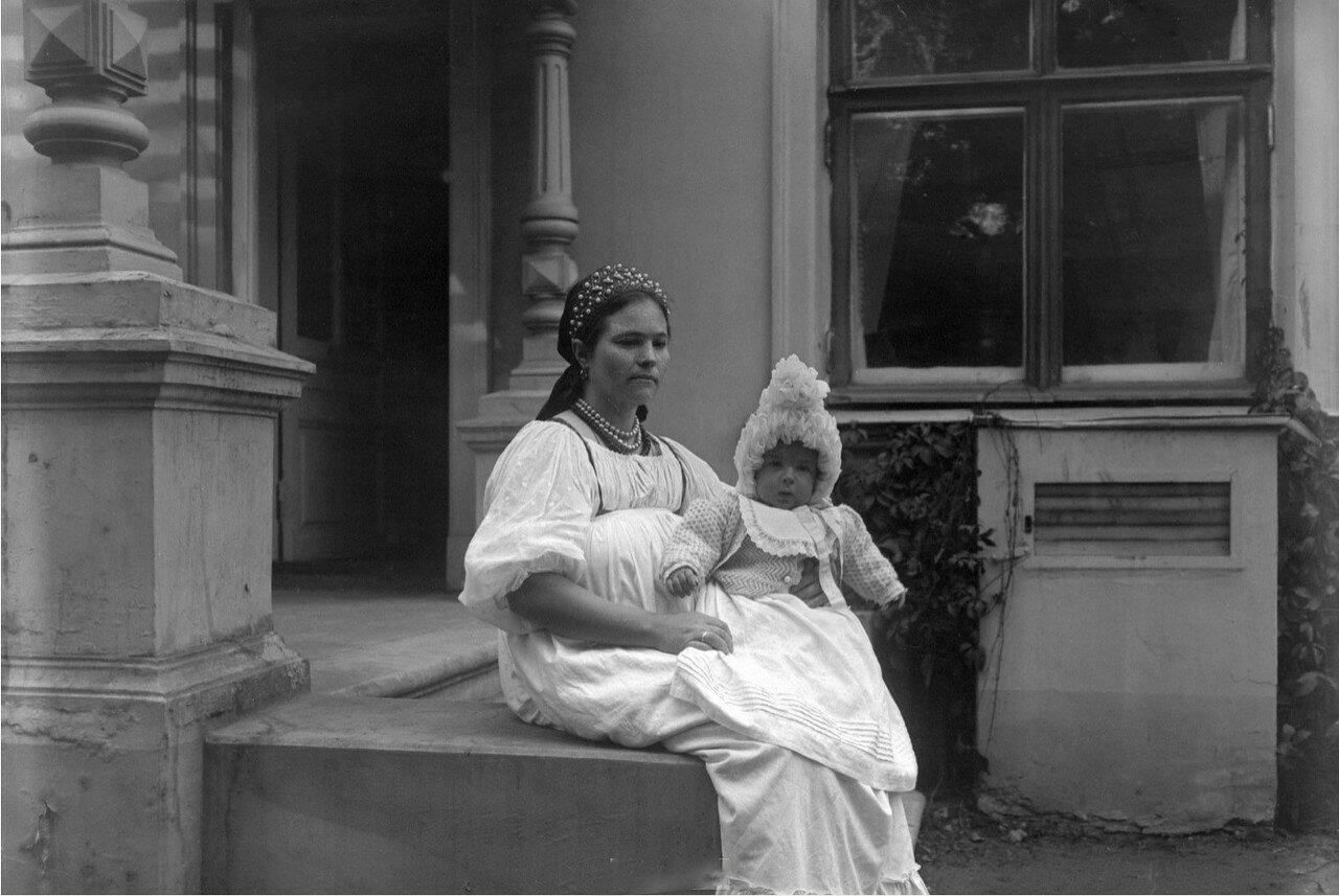 1900-е. Вадим Востряков на руках няни