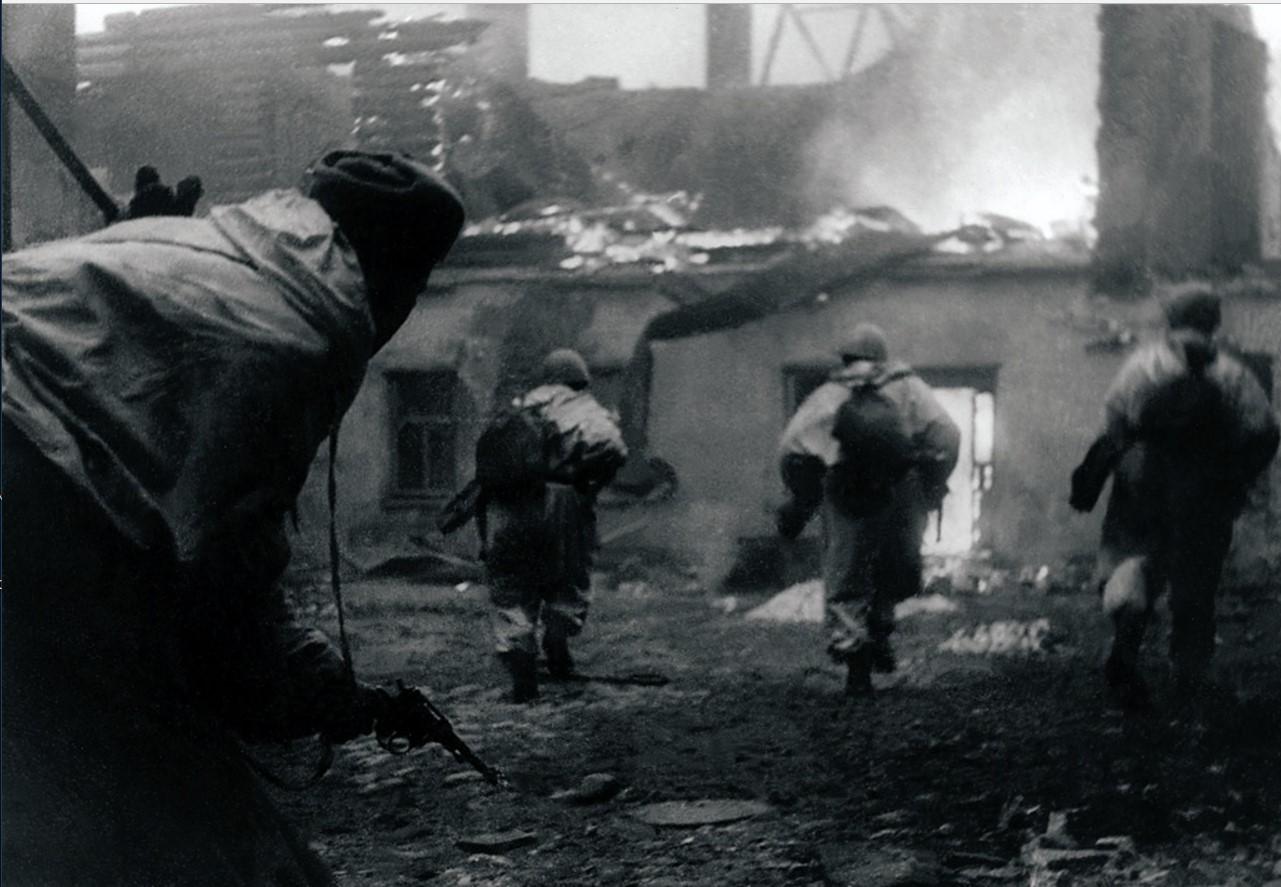 1944. Автоматчики подразделения В. В. Гладионова первыми врываются на окраину города. Гатчина