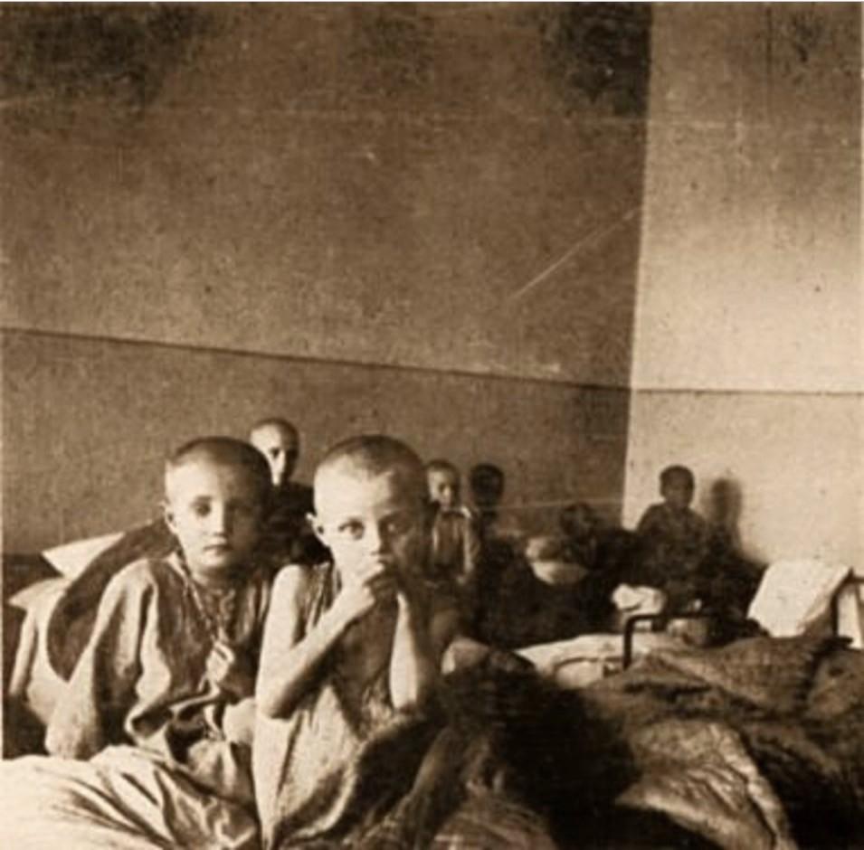 Дети в своих кроватях. Они находятся в детском доме в Самаре. Один из детских домов в Самаре собрал у себя 15000 голодных и бездомных детей