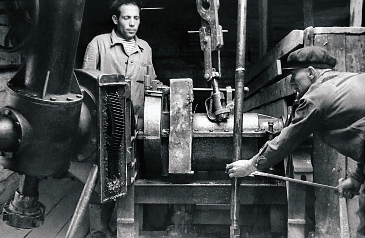 Пласт. Трест «Кочкарьзолото». На буровой вышке (1951)