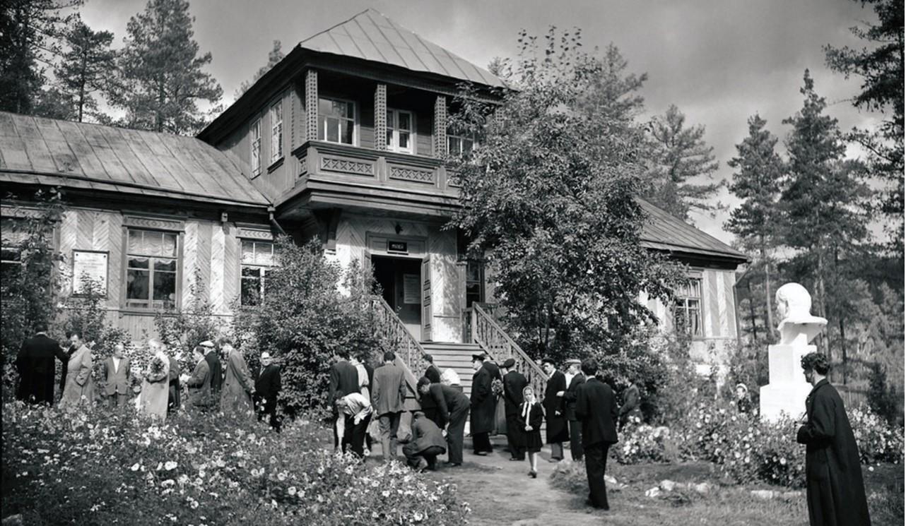 Миасс. Ильменский заповедник. Здание музея. Экскурсанты знакомятся с территорией заповедника (1956)