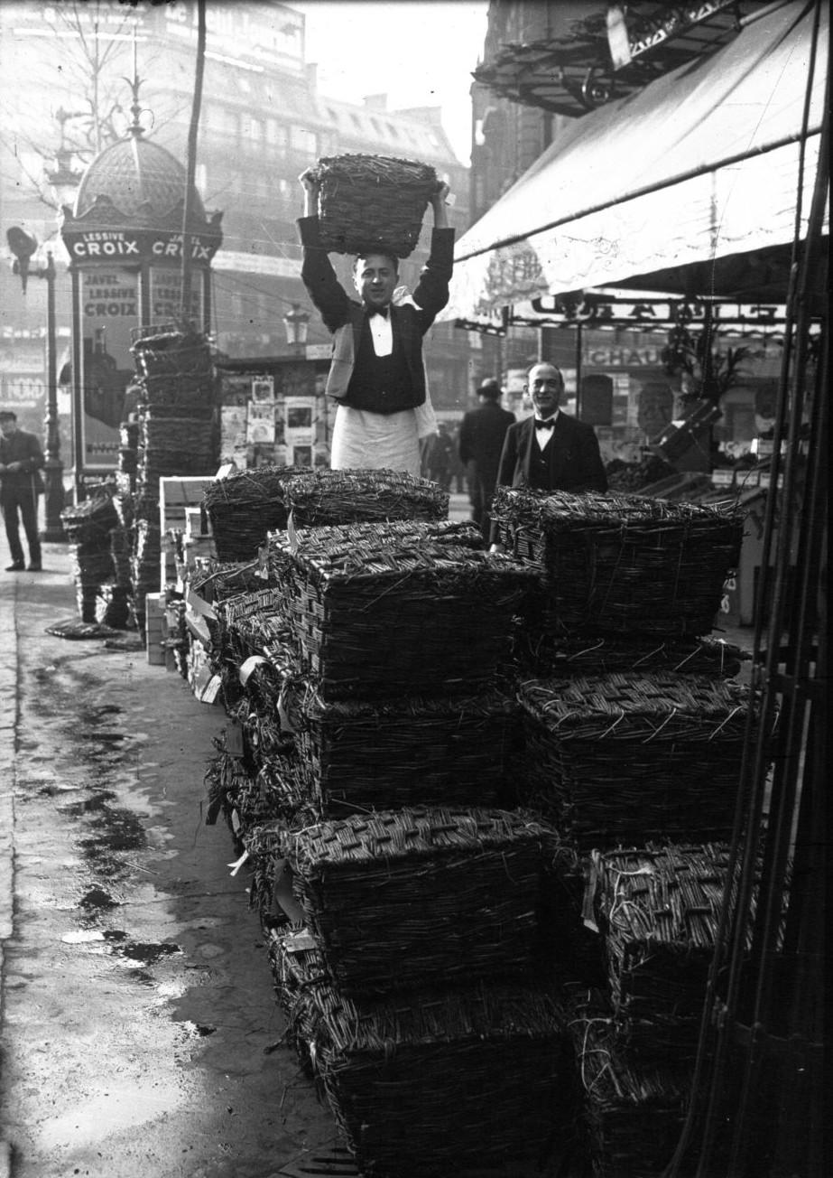 Большая поставка устриц в парижский ресторан
