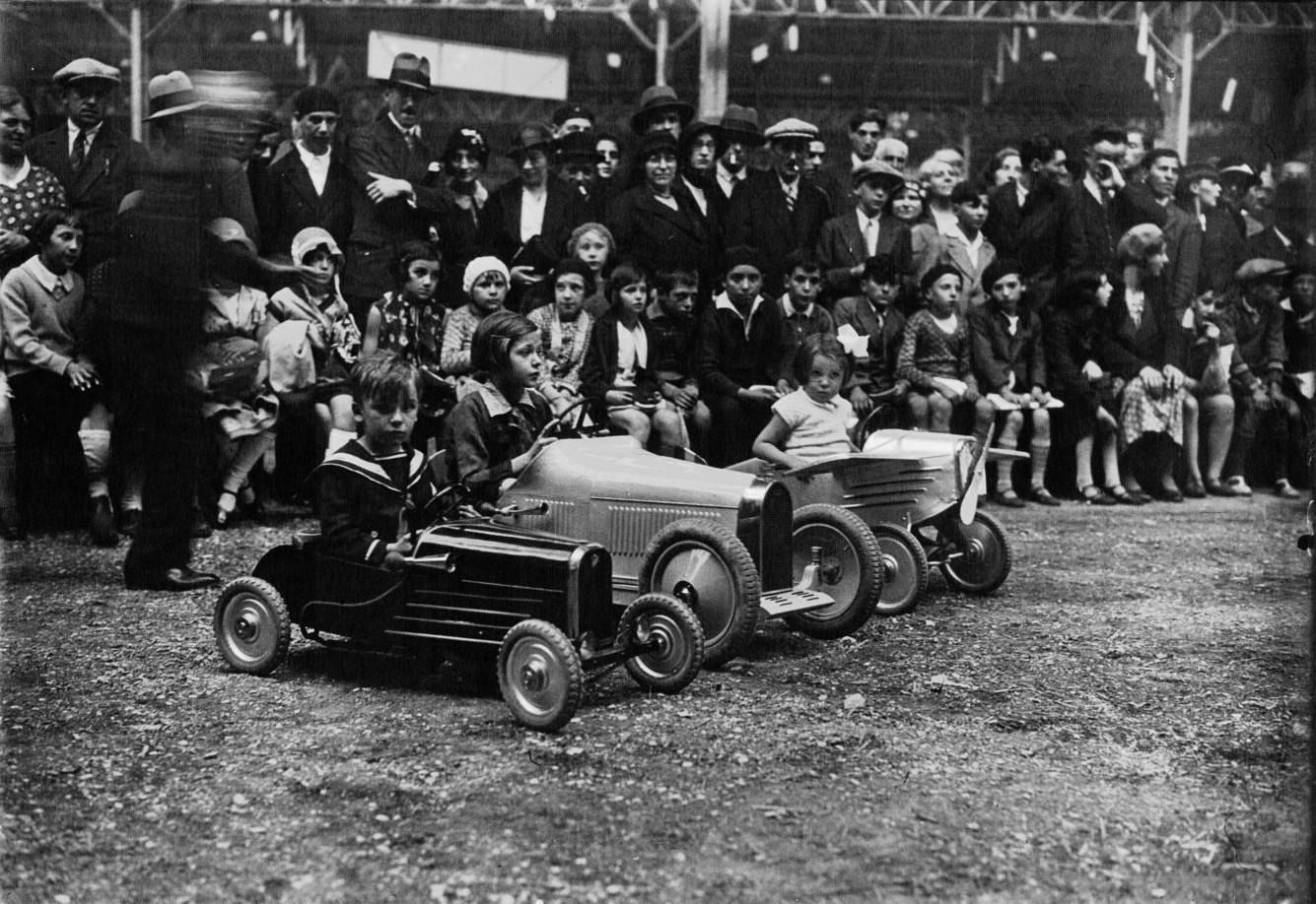 Гонка на детских машинках во время ежегодного «Конкурса Лепин»