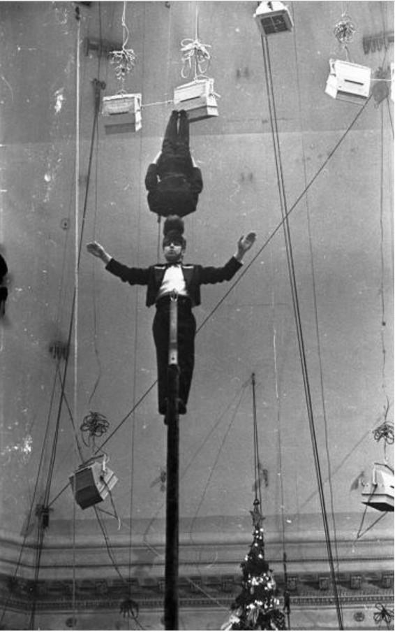 1960-1962. Эквилибристы на лестницах под руководством заслуженного артиста РСФСР Евгения Милаева