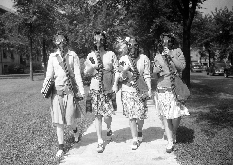 1942. 23 июня. Студенты Детройтского университета тренируются в ношении противогазов на территории кампусе