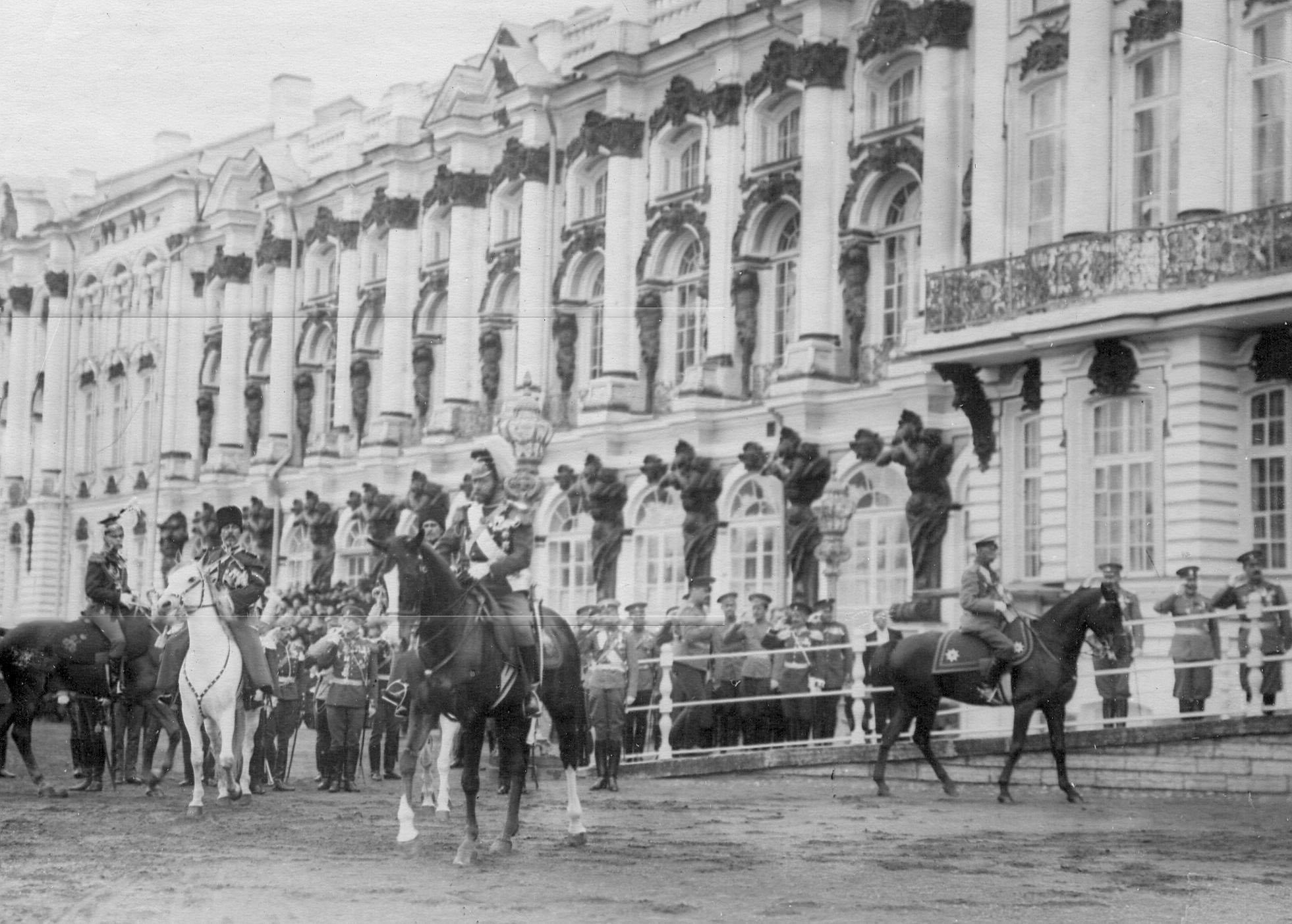 Император Николай II, генерал-адъютант барон В.Б.Фредерикс (справа) и генерал-кавалерист А.П.Струков (слева) перед фронтом улан