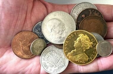 Житель Британии случайно нашел редчайшую монету