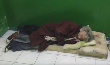 Старики спят прямо на полу в Центре для бездомных