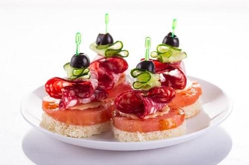 Оливки, ломтик ветчины, сыр… Такой вариант канапе хочется сделать для себя прямо на обед!