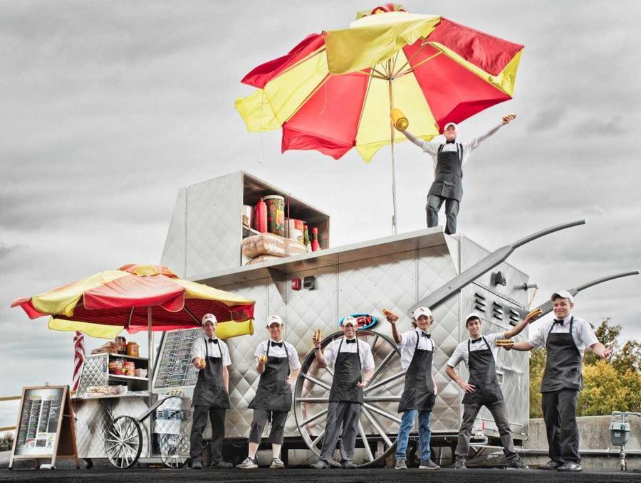 5. Самую большую тележку с хот-догами создал 44-летний американец Маркус Дэйли. Её габариты — 3,72 м